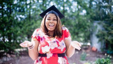 בחורה אפרו אמריקאית בוגרת אוניברסיטה מחזיקה ידיים בתהייה אם בטוח שצריך ביטוח
